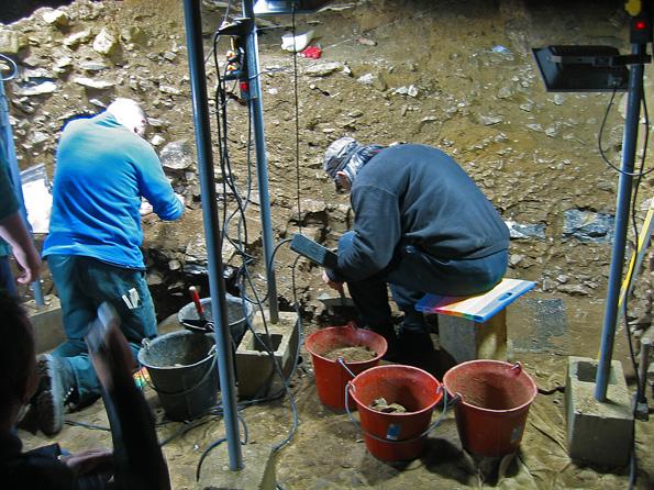 Fouilleurs à la grotte scladina
